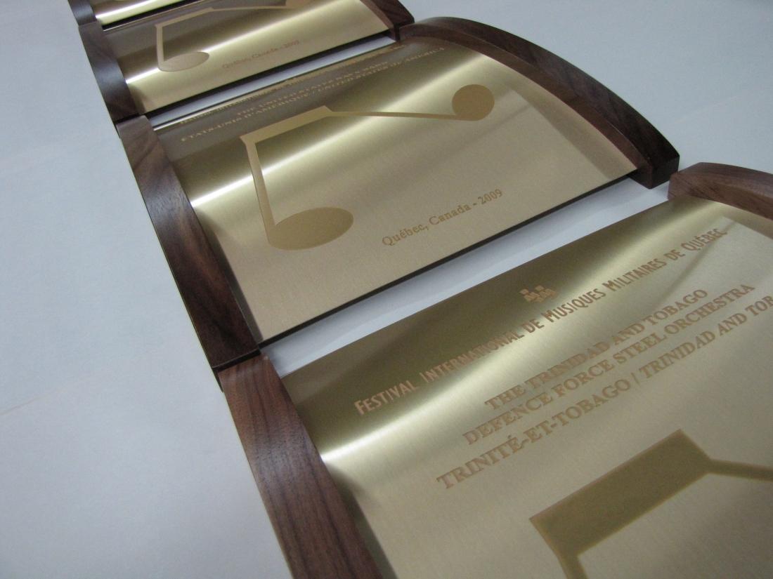plaque commémorative en bois et muntz