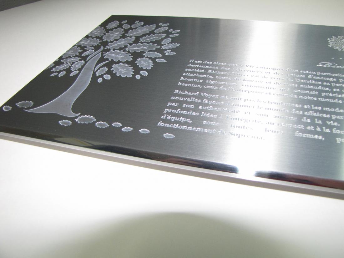 plaque commémorative en aluminium gravé ton sur ton - détail de l'arbre et du biseau miroir