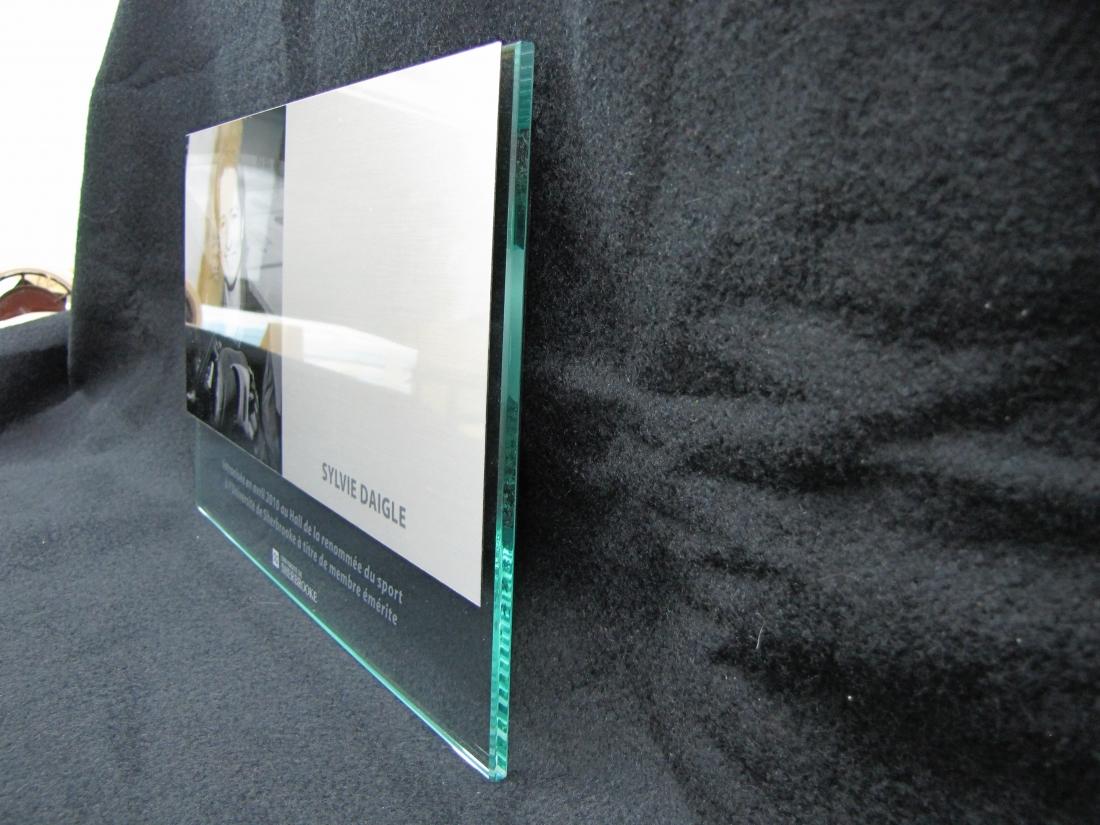 Plaque commémorative en verre et aluminium - vue de côté