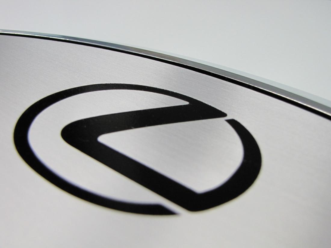 plaque honorifique en aluminium gravé pour lexus - détail logo