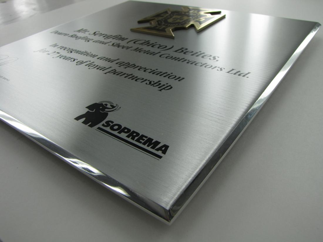 plaque commémorative en aluminium et en laiton